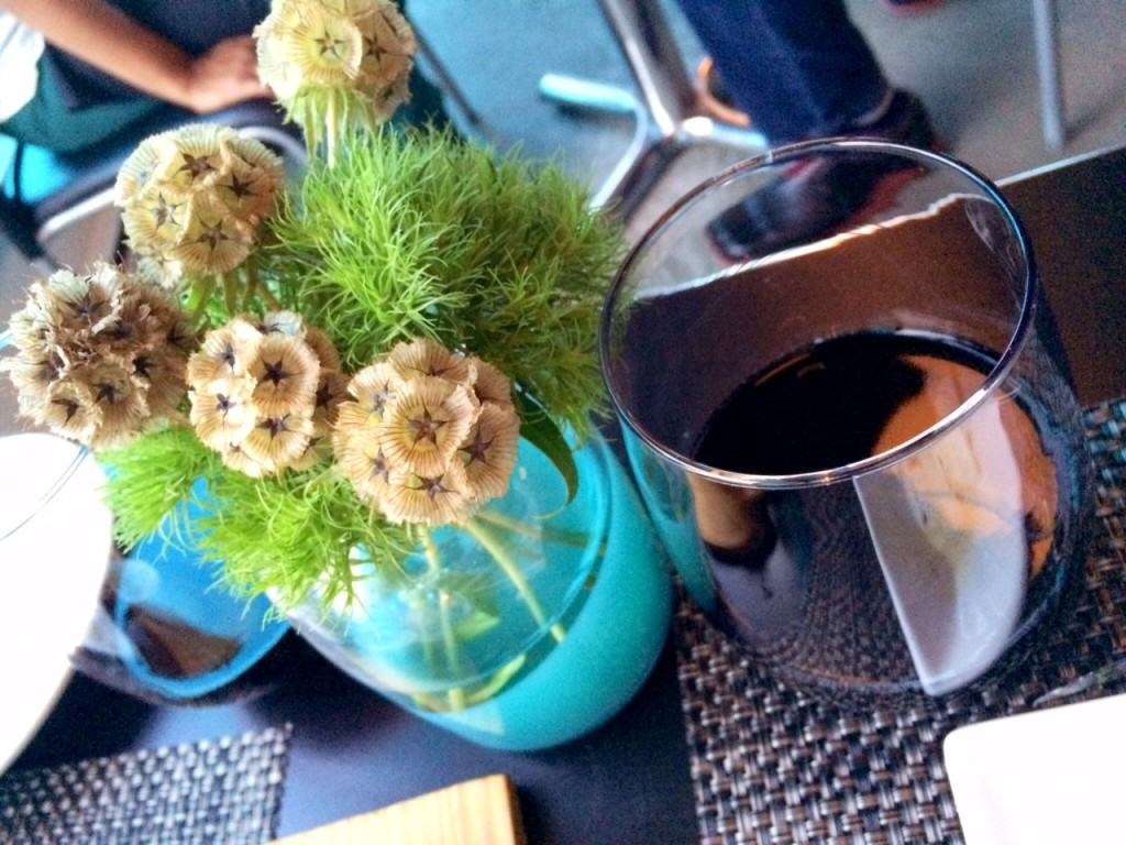 Stemless wine glasses artfully posed next to centerpieces FTW.